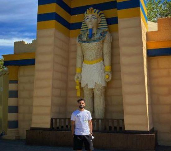 محمد صلاح يلتقط صورة مع تمثال فرعوني.. ويعلق: نحن حقا في كل مكان
