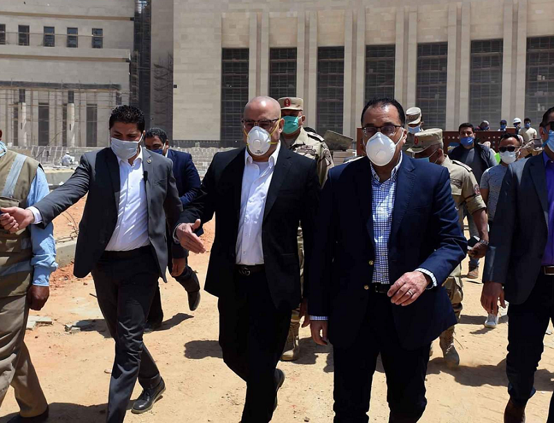 رئيس الوزراء يوجه بإنهاء رصف طرق العاصمة الإدارية وتشجير أحياءها