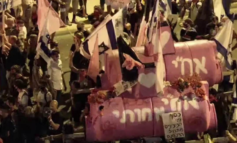 فيديو| آلاف الإسرائيليين يحتشدون أمام مقر نتنياهو مطالبين برحيله