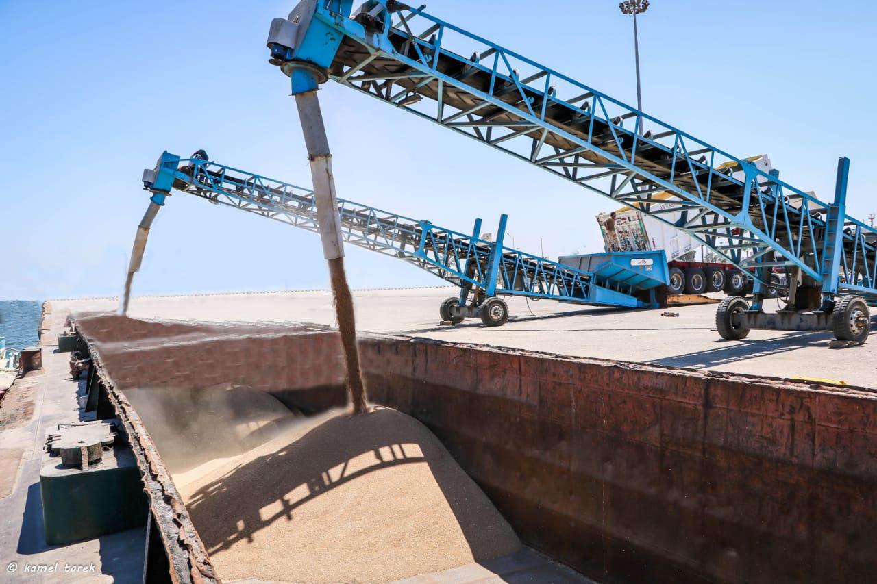 صور| وزارة النقل تواصل نقل شحنات القمح عبر نهر النيل