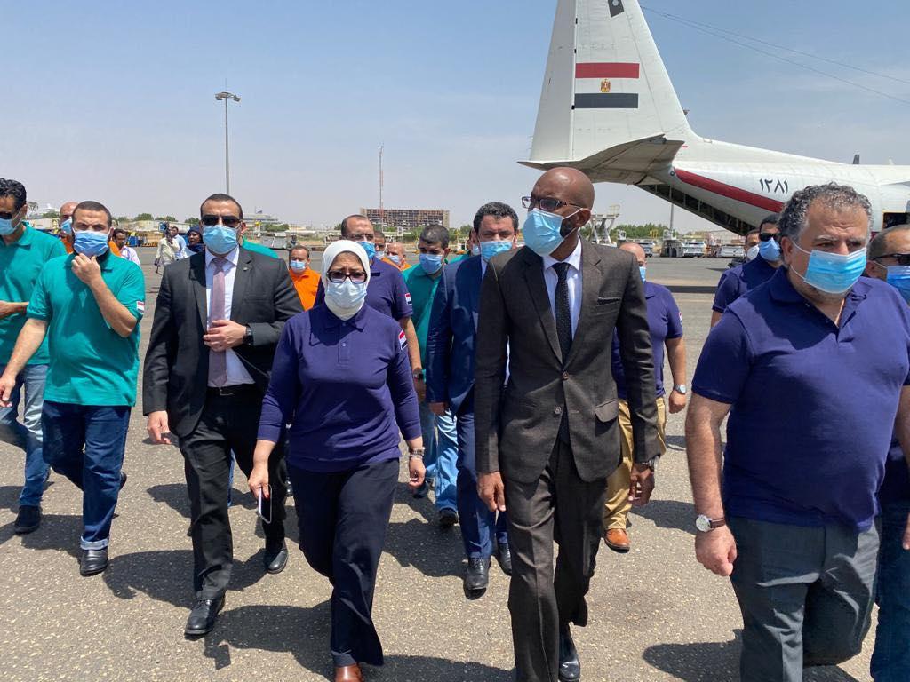صور | وزيرة الصحة تترأس وفد طبى خلال استقبال طائرتى مساعدات للسودان