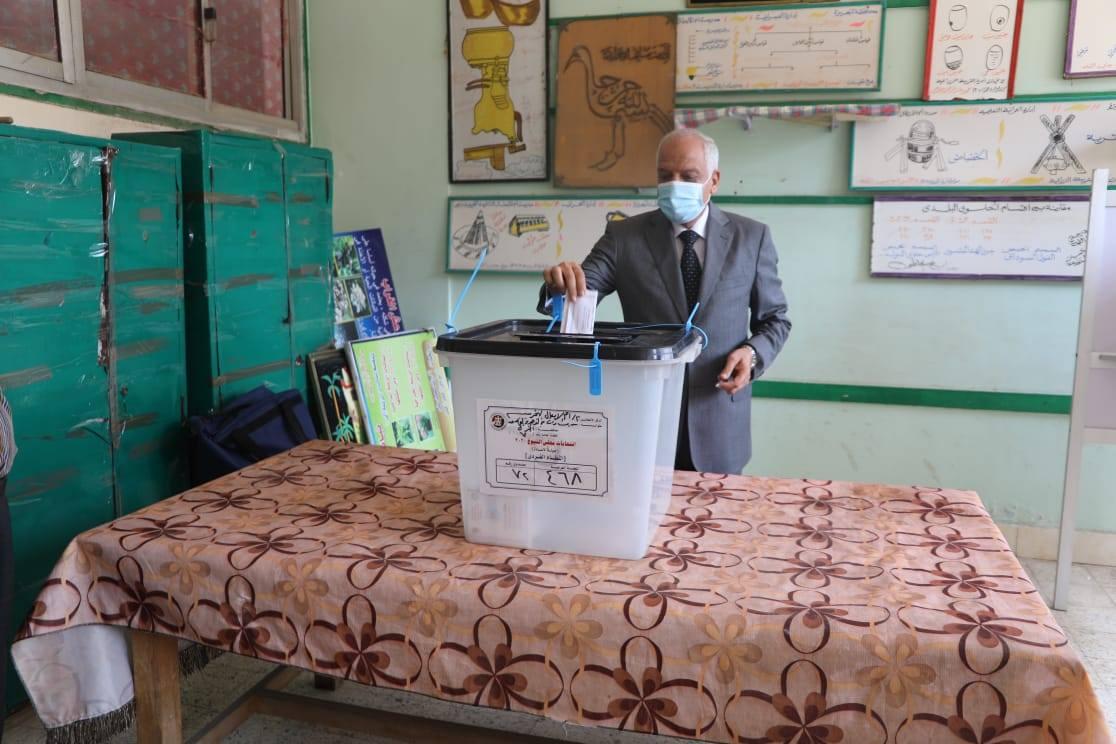 صور | محافظ الجيزة يدلي بصوته فى جولة الاعادة بانتخابات مجلس الشيوخ