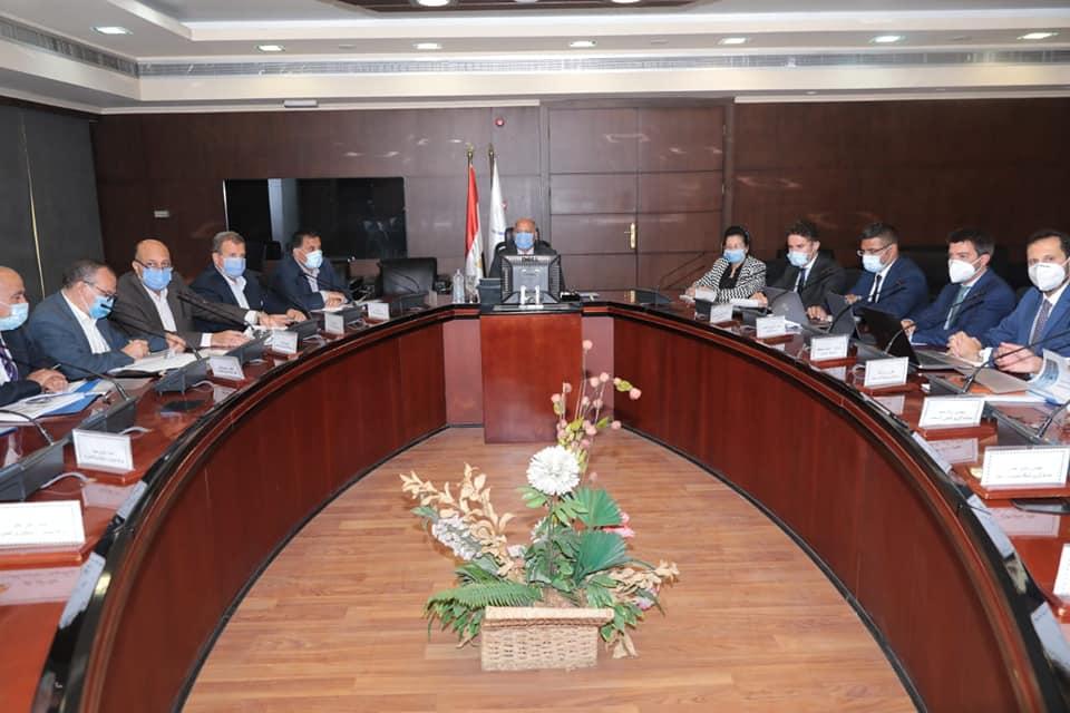 صور | وزير النقل يتابع تنفيذ مشروعات تطوير نظم الإشارات على خطوط السكك الحديدية