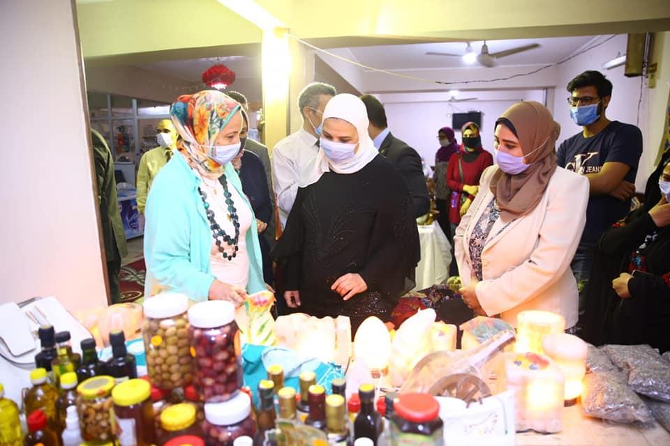 صور | وزيرة التضامن الاجتماعى تزور معرض الأسر المنتجة برأس التين فى الإسكندرية