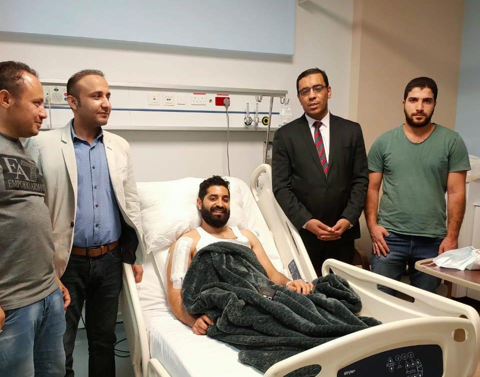 وزير القوى العاملة يتابع حالة المصرى الذى تعرض للطعن بالسعودية ويهديه باقة ورود
