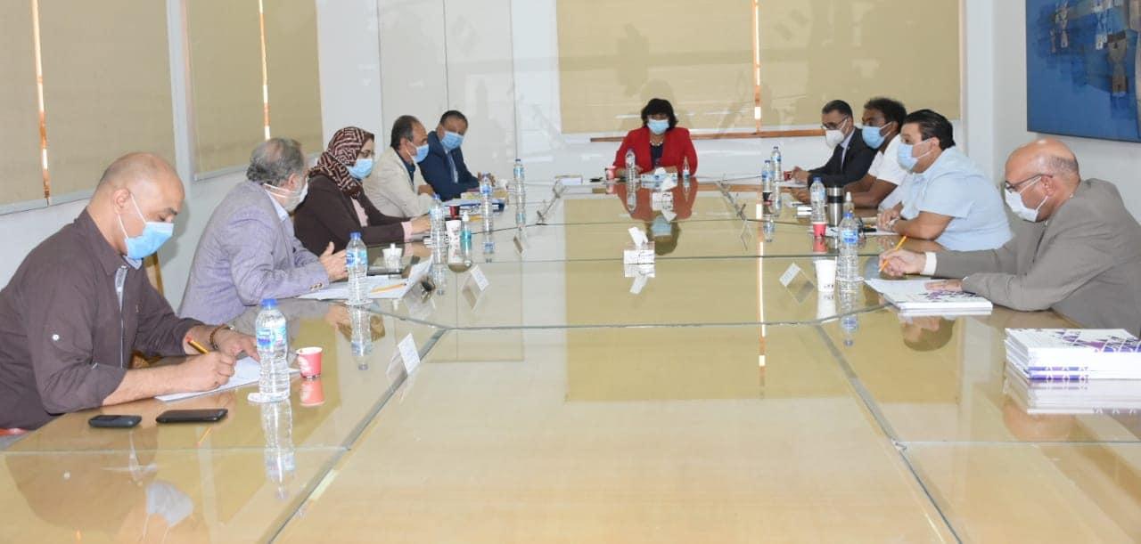 صور | وزيرة الثقافة تجتمع ورؤساء الهيئات المختصة بإصدار مطبوعات تنويرية