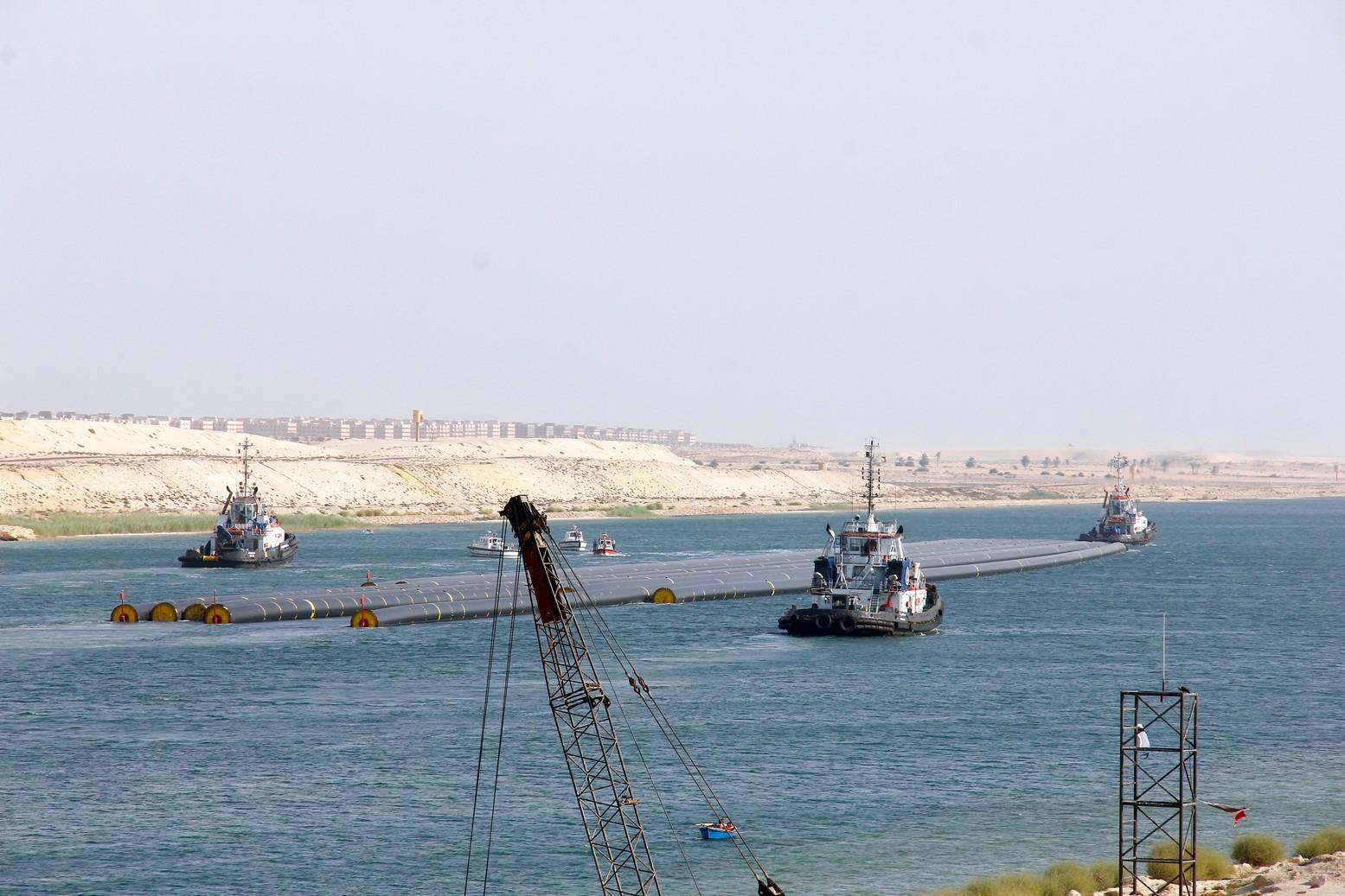 نجاح أول عملية عبور لـ12 ماسورة عملاقة عبر قناة السويس الجديدة
