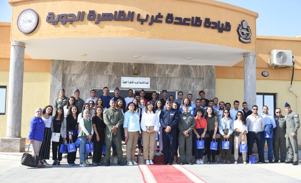 وزارة الهجرة تنظم زيارة لوفد شباب الدارسين بالخارج إلى إحدى القواعد الجوية