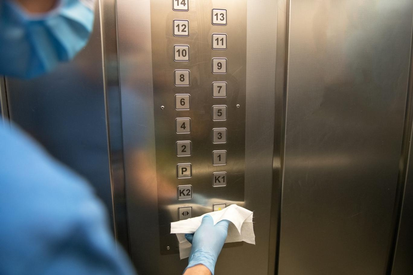 دراسة تكشف مدة بقاء الجسيمات المحملة بفيروس كورونا في المصعد بعد سعال المصاب