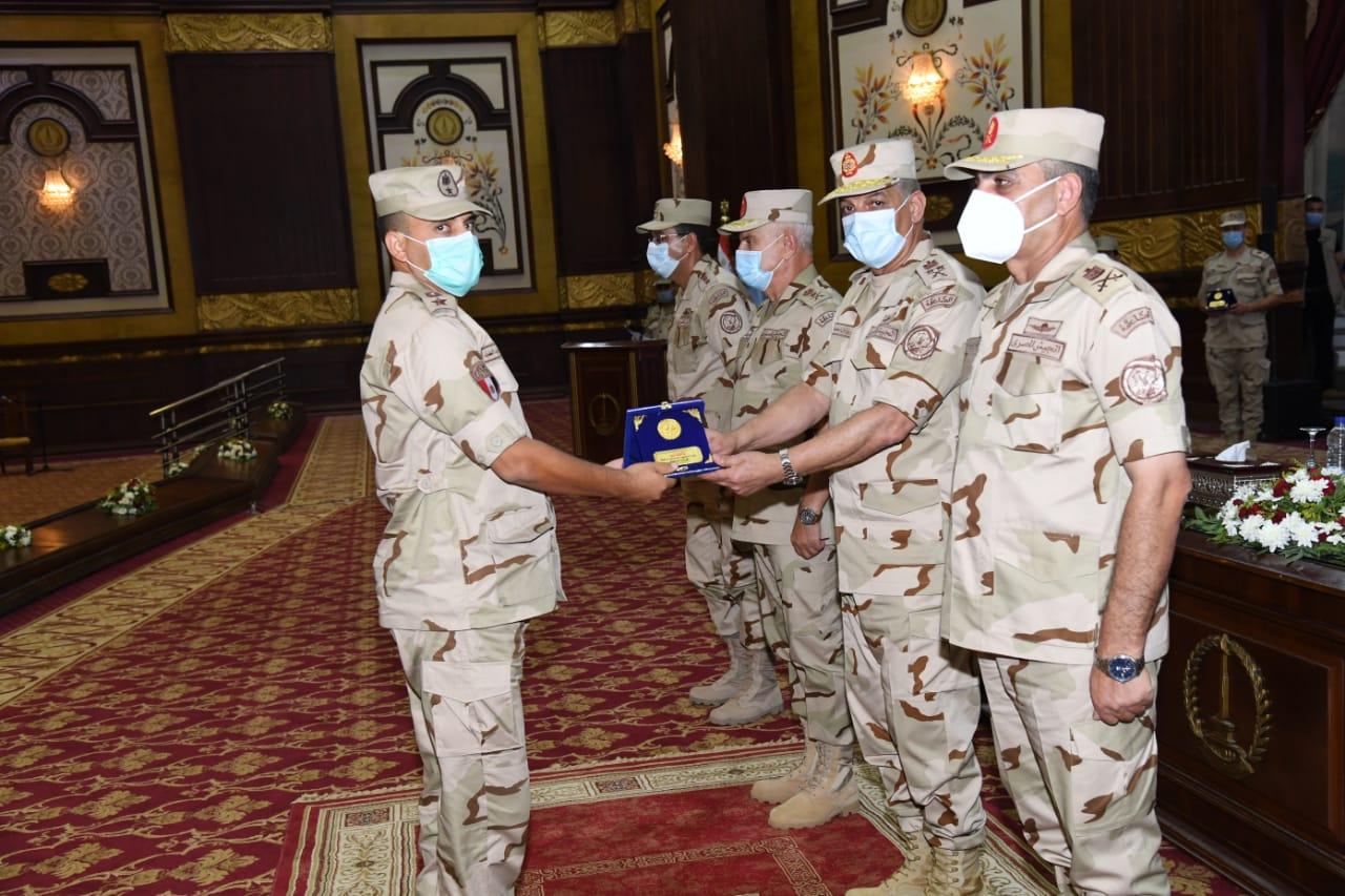 صور   وزير الدفاع يلتقي بمقاتلي الجيش الثاني ويشيد بدورهم الوطني في قتال العناصر الإرهابية