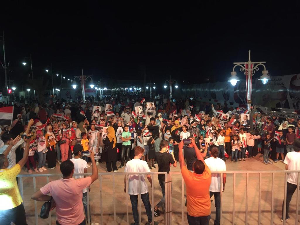 صور| بهتافات مؤيدة للرئيس السيسي.. احتفالات كبيرة لأهالي البحر الأحمر بانتصارات أكتوبر