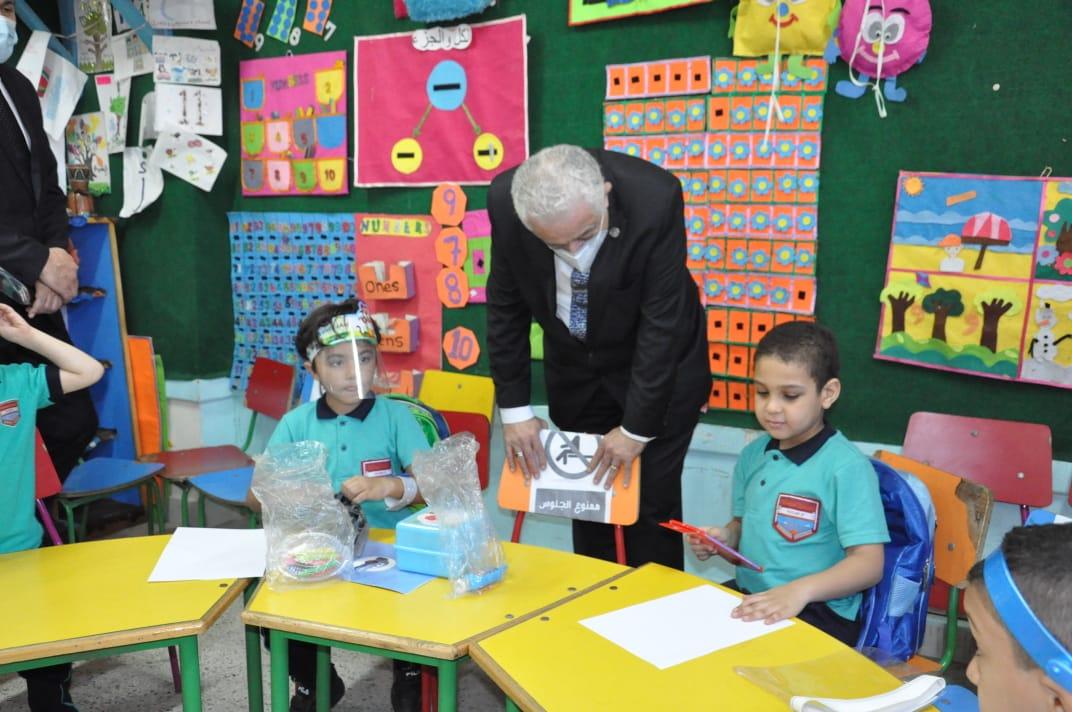 صور | وزير التعليم يتفقد مدارس القاهرة ويوجه بتطبيق الإجراءات الاحترازية