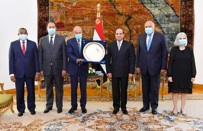 تكريم الرئيس السيسي وأخبار الشأن المحلي يتصدران أبرز عناوين صحف القاهرة
