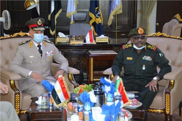 صور| رئيس أركان حرب القوات المسلحة يجري مباحثات مع وزير الدفاع السوداني