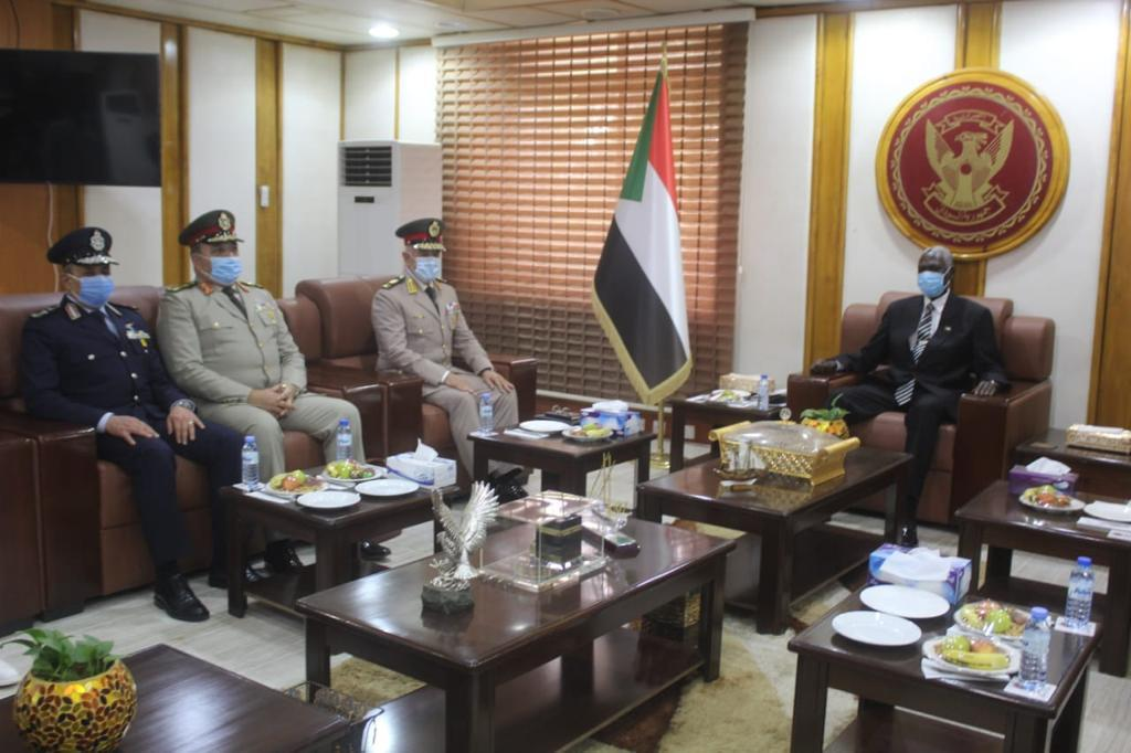 مباحثات مع وزير الدفاع السوداني3