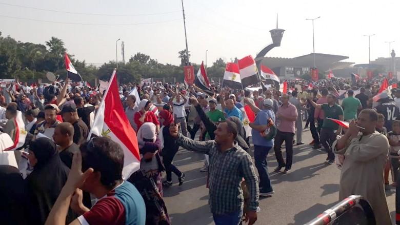 المصريون يحتفلون بالذكرى الـ47 لنصر أكتوبر أمام المنصة