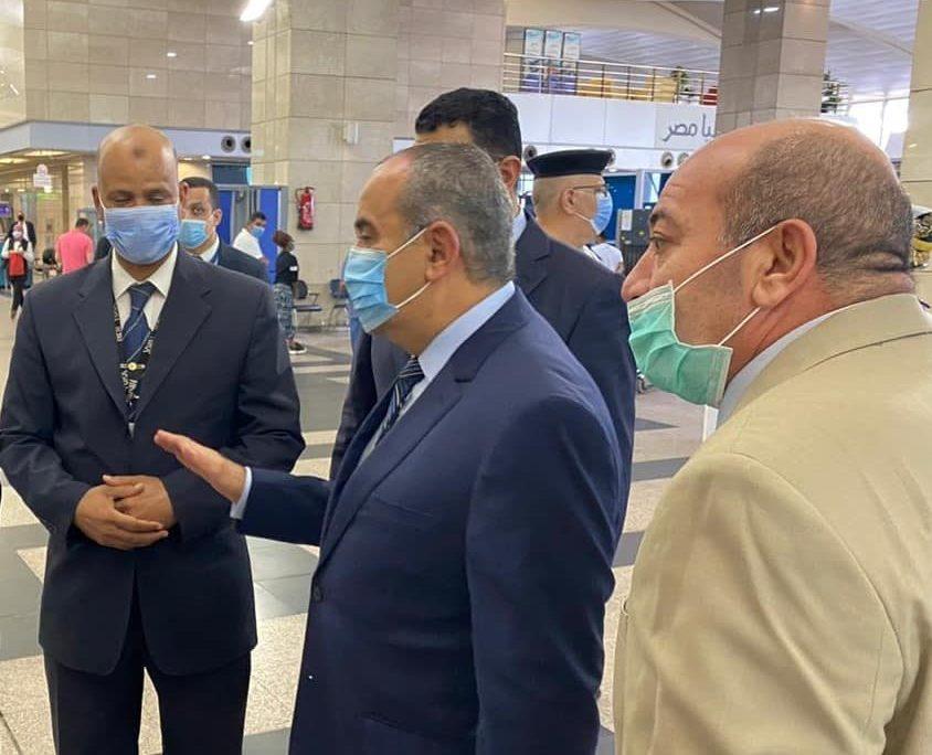 جولة مفاجئة لوزير الطيران بمطار القاهرة للتأكد من تطبيق الاجراءات الاحترازية