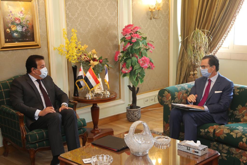صور | وزير التعليم العالي يستقبل السفير الفرنسي بالقاهرة لبحث آفاق التعاون العلمي