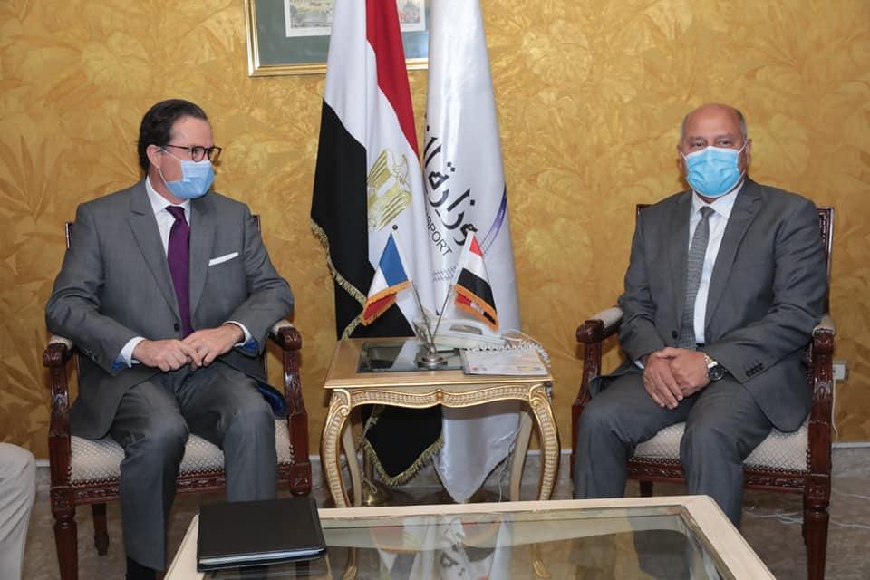 صور |وزير النقل يبحث مع السفير الفرنسي بالقاهرة تدعيم التعاون المشترك