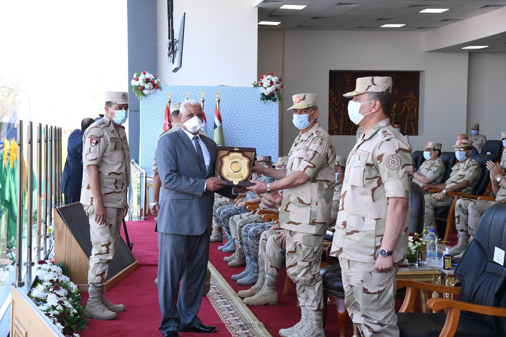 صور | وزير الدفاع يشهد الاحتفال بتخريج دفعات جديدة من المعاهد الصحية