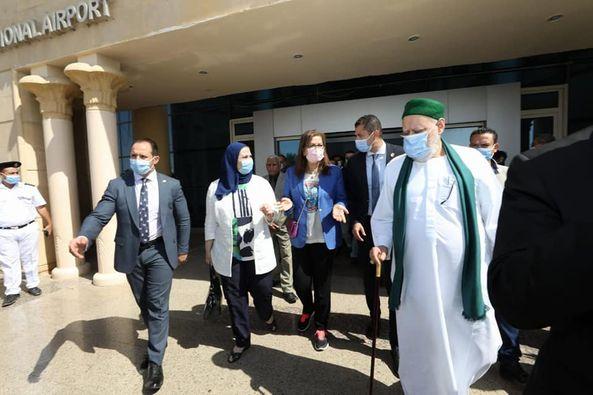 صور| وصول 4 وزراء لمطار سوهاج لافتتاح مشروعات «تحيا مصر» بطهطا