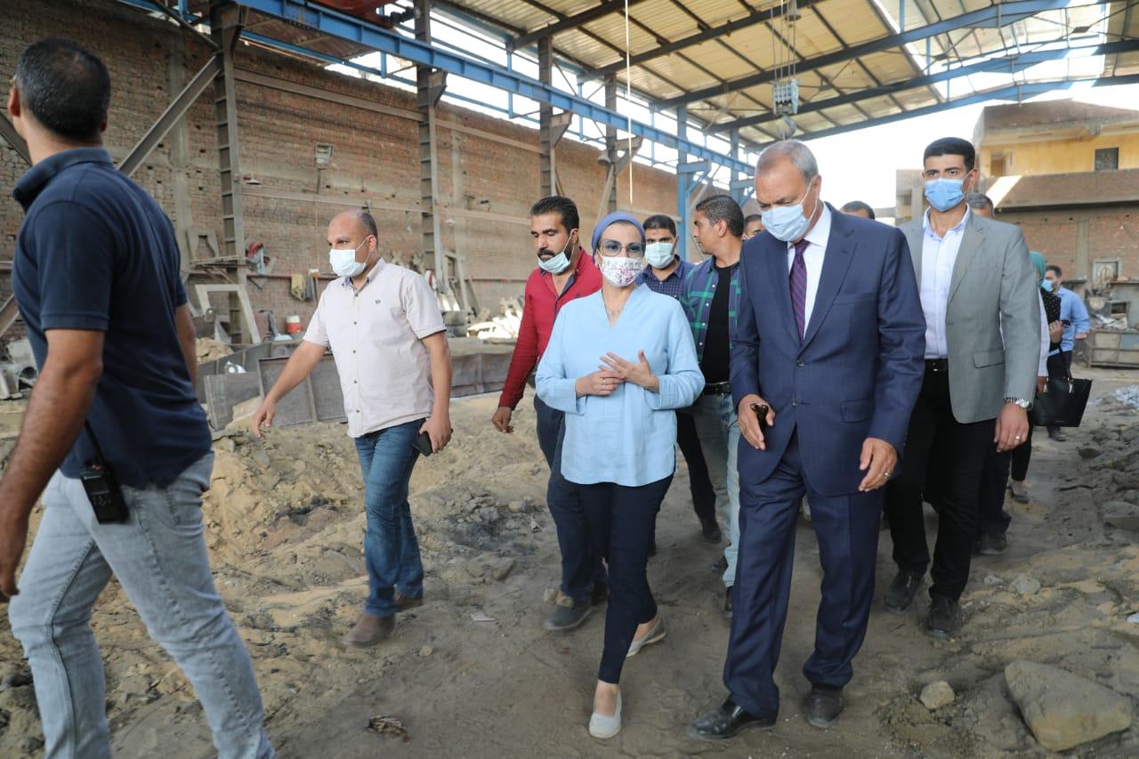 وزيرة البيئة ومحافظ القليوبية يتفقدان عددًا من المنشآت الصناعية بمنطقة العكرشة بالقليوبية