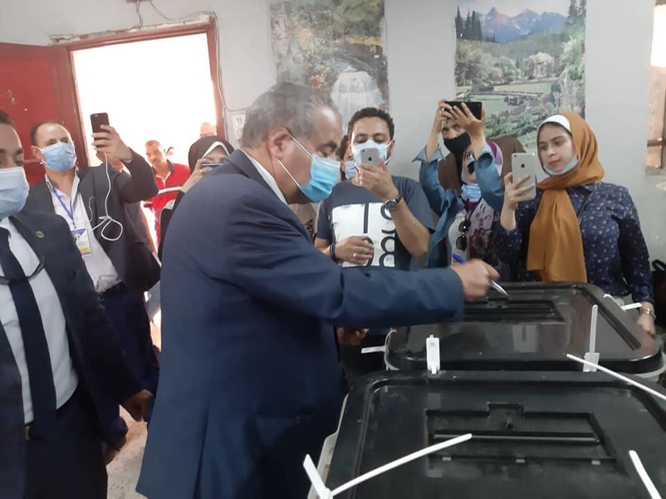 صور | وزير التموين يدلي بصوته في مدرسة الأورمان الإعدادية النموذجية