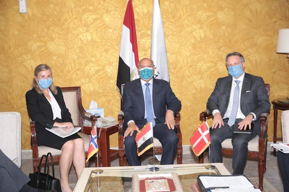صور | وزير النقل يعقد اجتماعاً مع سفيرى الدنمارك والنرويج بالقاهرة لبحث التعاون