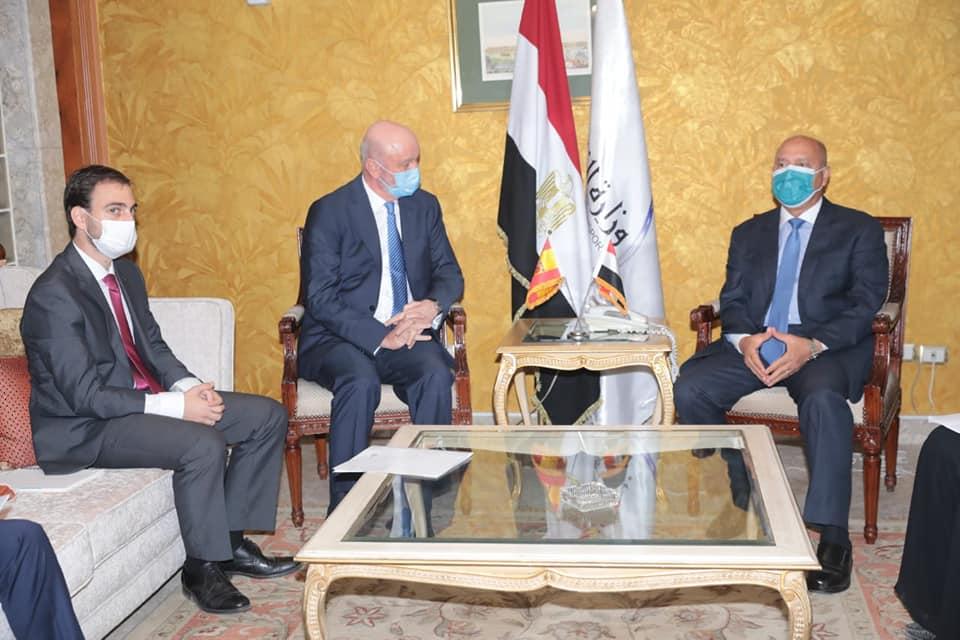 صور | وزير النقل يبحث مع سفير إسبانيا بالقاهرة تدعيم التعاون في مجال السكك الحديدية والمترو