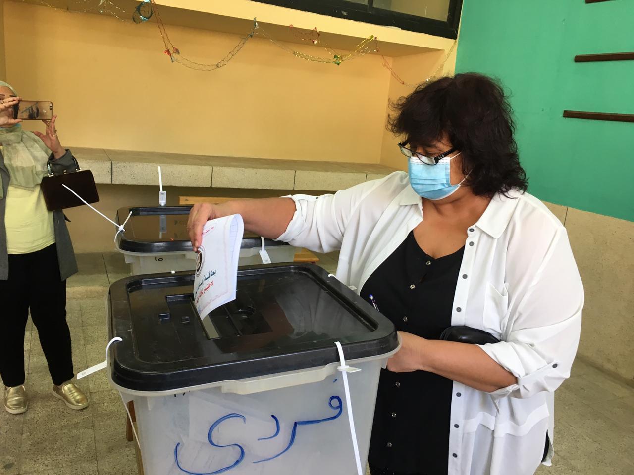 وزيرة الثقافة تدلي بصوتها في انتخابات مجلس النواب بالشيخ زايد