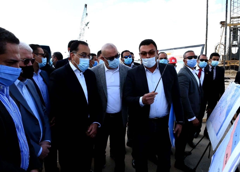 صور | رئيس الوزراء يتفقد أعمال تطوير محاور وطرق مدينة السادس من أكتوبر