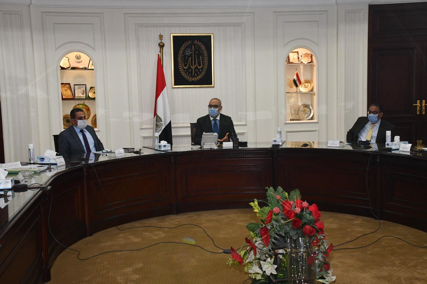 صور | وزير الإسكان يستعرض مشروع الاشتراطات البنائية بالقاهرة والجيزة والإسكندرية