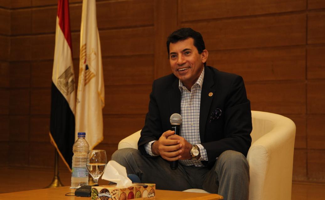 وزير الرياضة فى حوار مفتوح مع مجموعة من الشباب