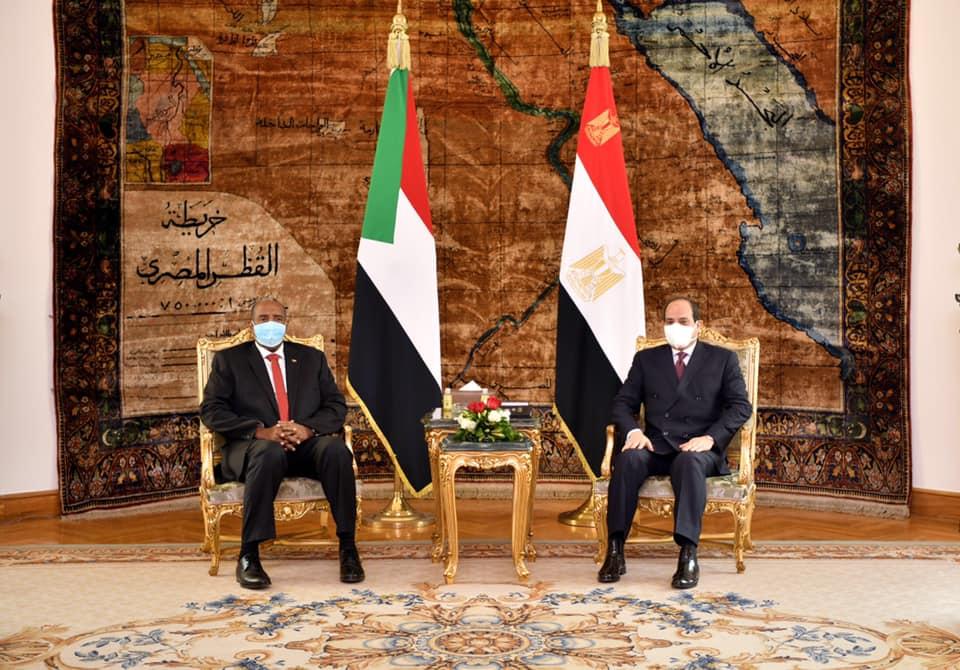 صور | الرئيس السيسي يؤكد للبرهان موقف مصر الإستراتيجي الثابت الداعم لأمن واستقرار السودان