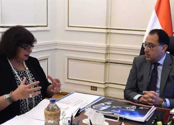 """رئيس الوزراء يتلقى تقريرا من إيناس عبد الدايم عن مبادرة """"علاقات ثقافية"""""""