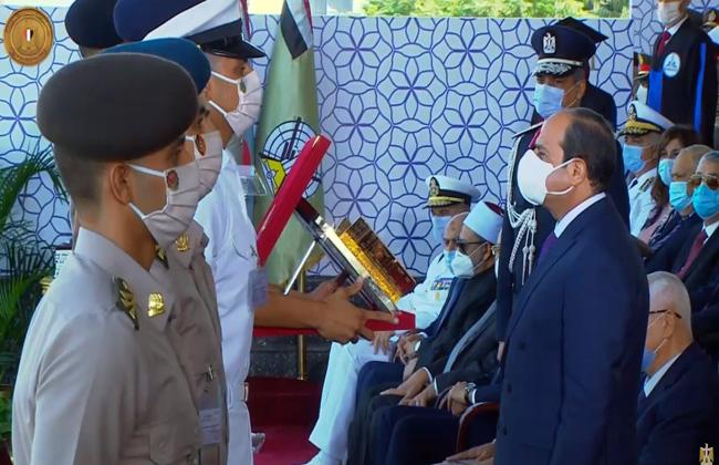 أوائل الخريجين من مقاتلي الكليات العسكرية والشرطة يقدمون درع القوات المسلحة لرئيس الجمهورية
