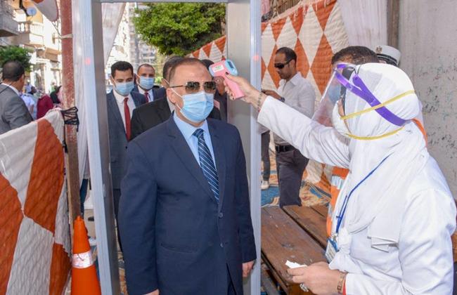 صور | محافظ الإسكندرية يدلي بصوته في انتخابات النواب ويناشد المواطنين المشاركة