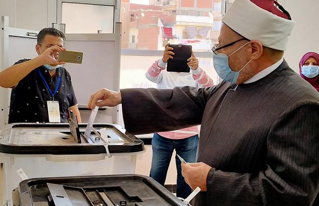 صور | مفتي الجمهورية يدلي بصوته في مسقط رأسه بالدلنجات