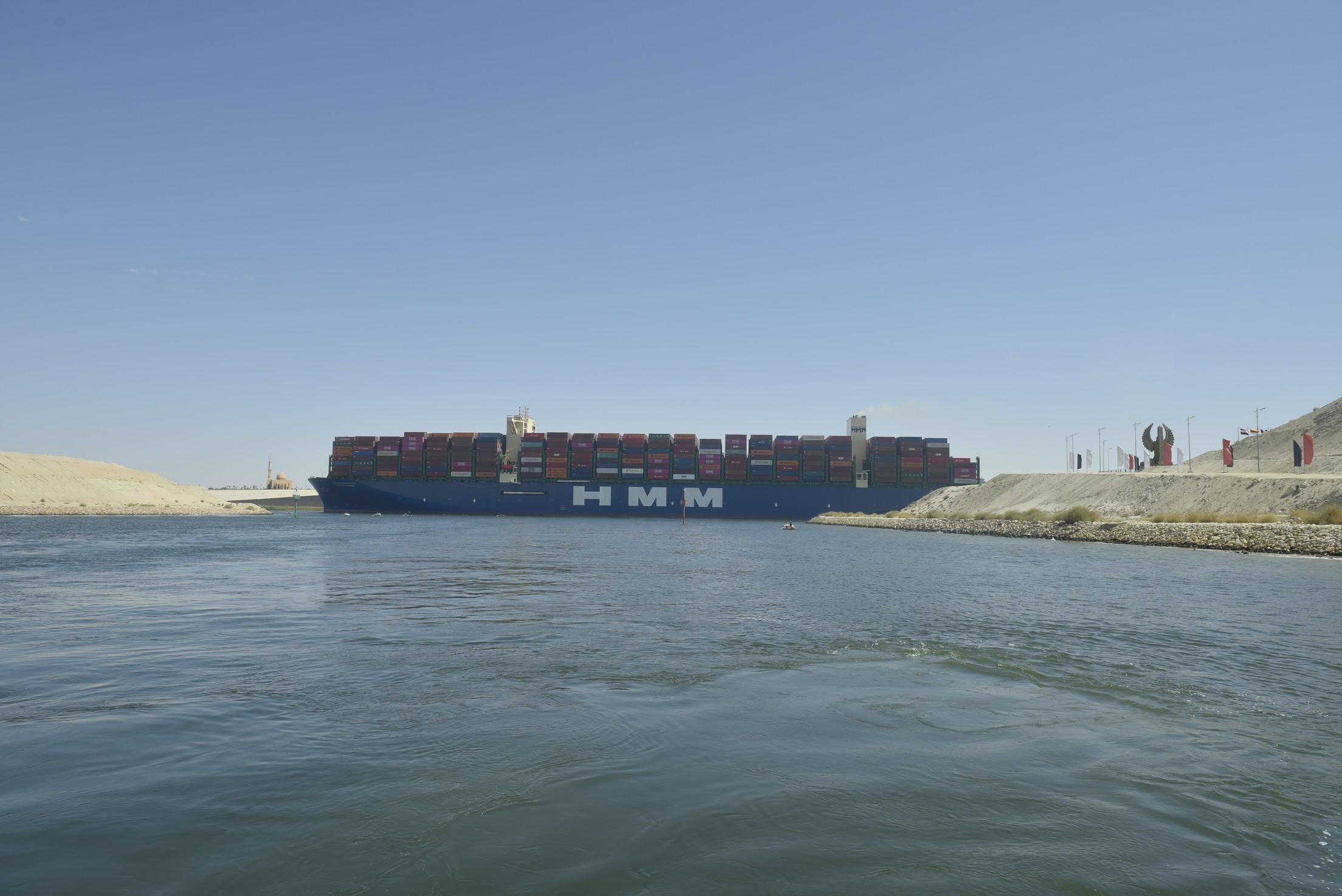 قناة السويس تشهد عبور أكبر سفينة حاويات في العالم تعمل بالغاز الطبيعي