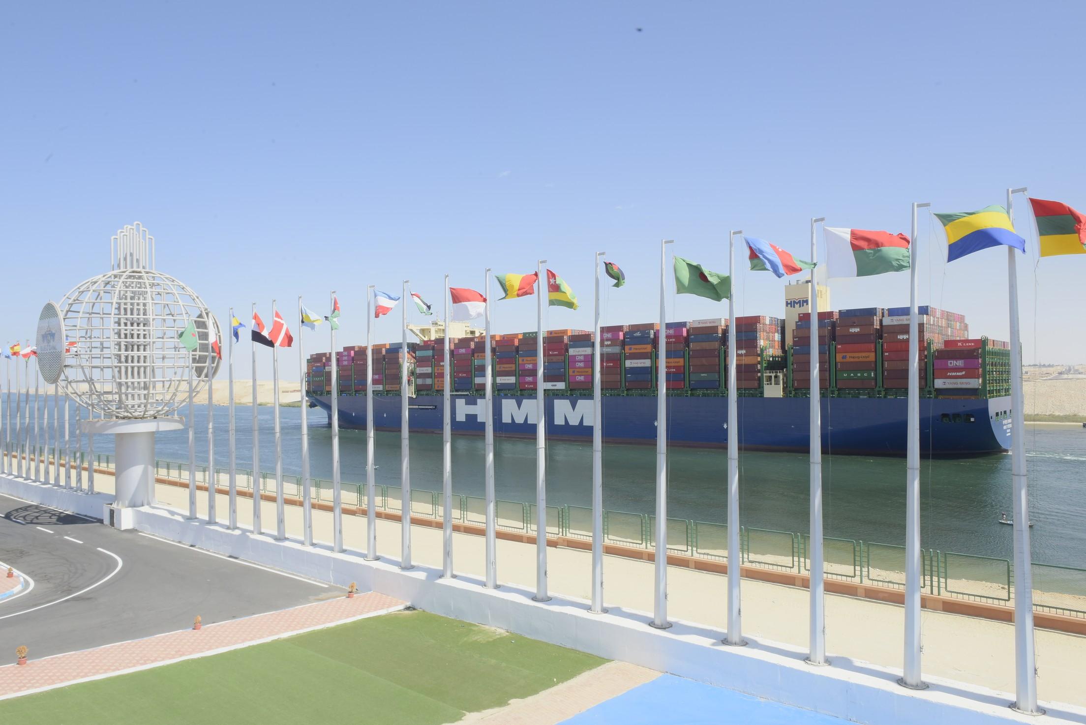 صور | قناة السويس الجديدة تشهد العبور الأول لثاني أكبر سفينة حاويات بالعالم