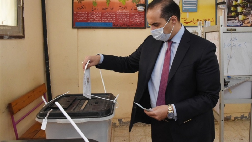 أمين عام مجلس النواب يدلي بصوته في الانتخابات البرلمانية