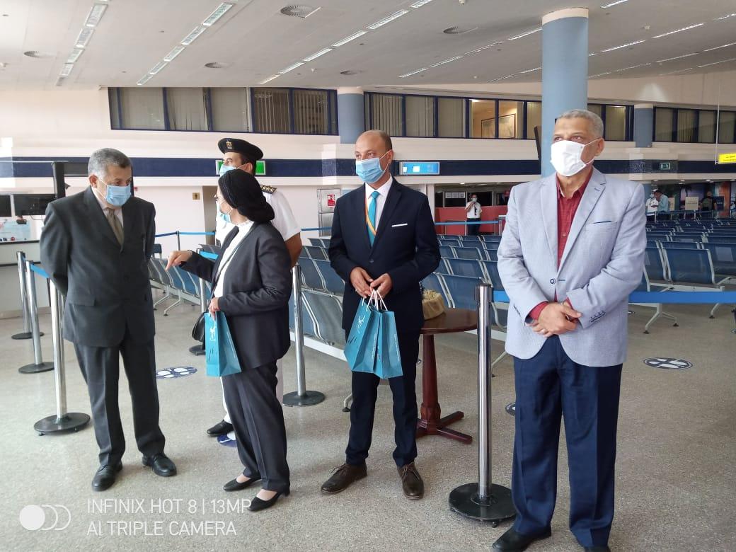 صور | وصول 97 سائحاً فرنسياً مطار مرسى علم وسط إجراءات احترازية عالمية