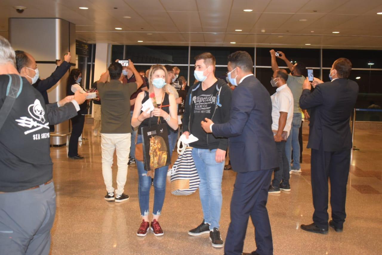 صور | محافظ البحر الأحمر : وصول أول 163 سائحاً فرنسياً مطار الغردقة بعد توقف 7 شهور