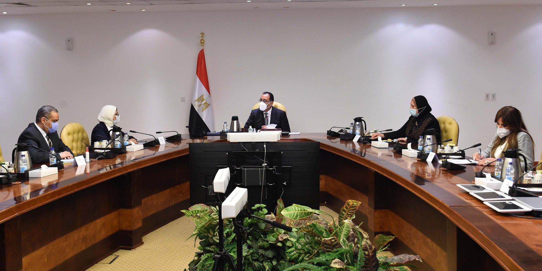 صور| رئيس الوزراء يعقد اجتماعاً لدعم صناعة الدواء وتشجيع التصدير