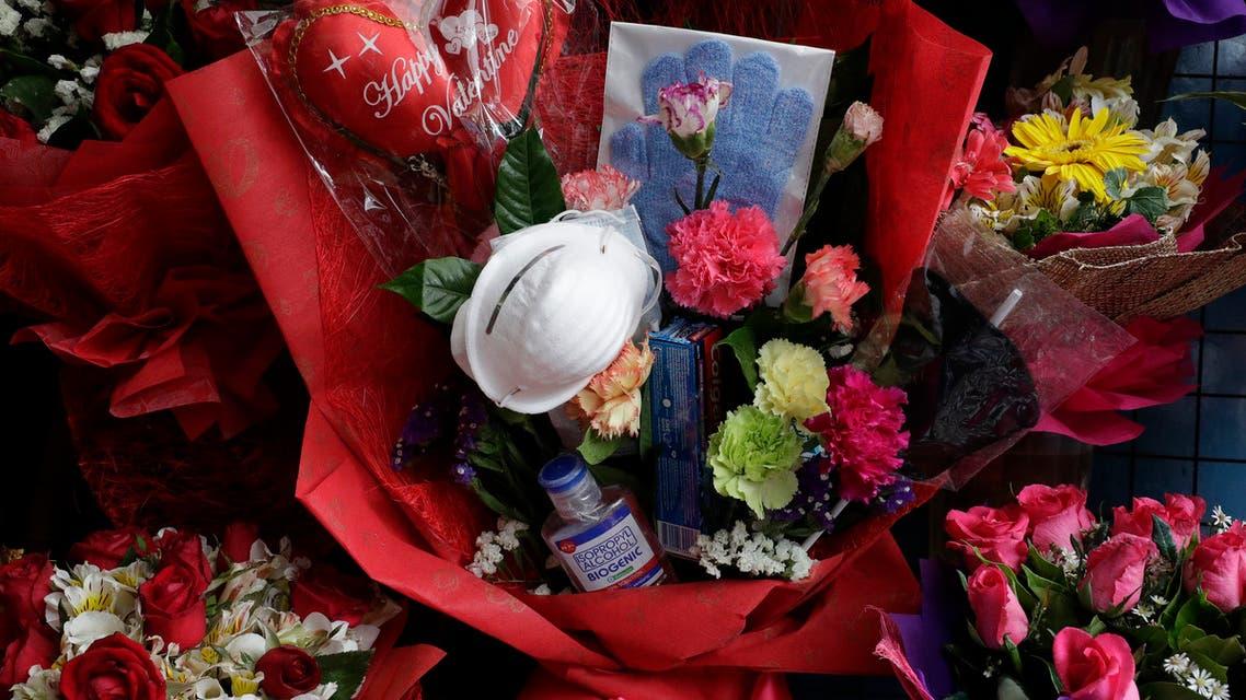 عيد الحب في زمن كورونا.. كمامة وكحول وكارت شحن للمحمول