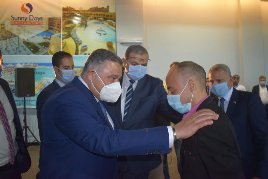 صور| عمرو حنفي: الرئيس السيسي قائد مسيرة التنمية ويولي إهتماماً كبيراً بالعمال والصيادين