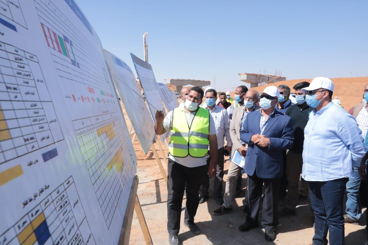 صور | وزير النقل يواصل جولاته التفقدية بمحافظات الصعيد ويتفقد 3 محاور تنموية على النيل