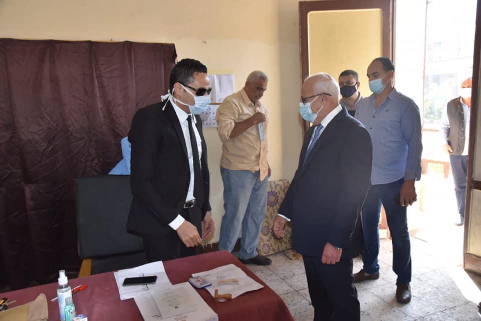صور | محافظ بورسعيد يدلي بصوته بانتخابات مجلس النواب في حي الشرق