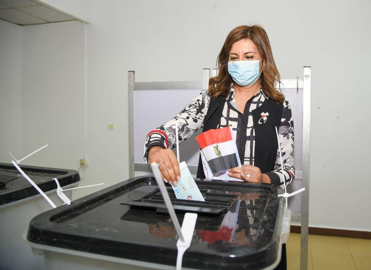 صور | وزيرة الهجرة تدلي بصوتها في انتخابات مجلس النواب