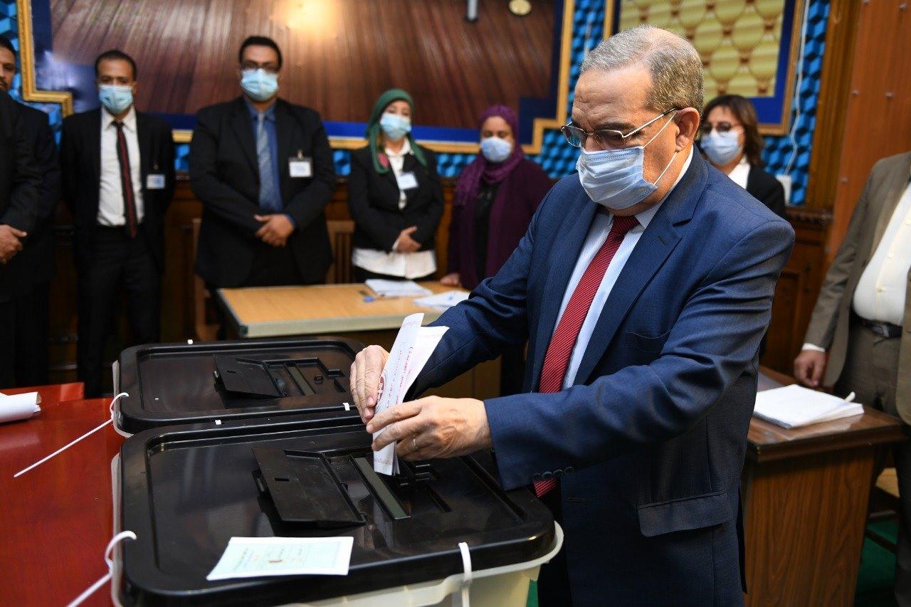 صور | وزير الإنتاج الحربي يدلي بصوته في انتخابات مجلس النواب